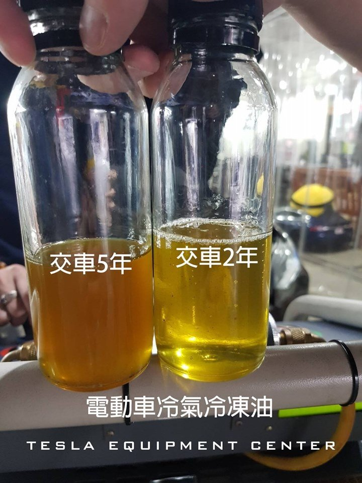 冷氣保養後排出來的舊冷凍油